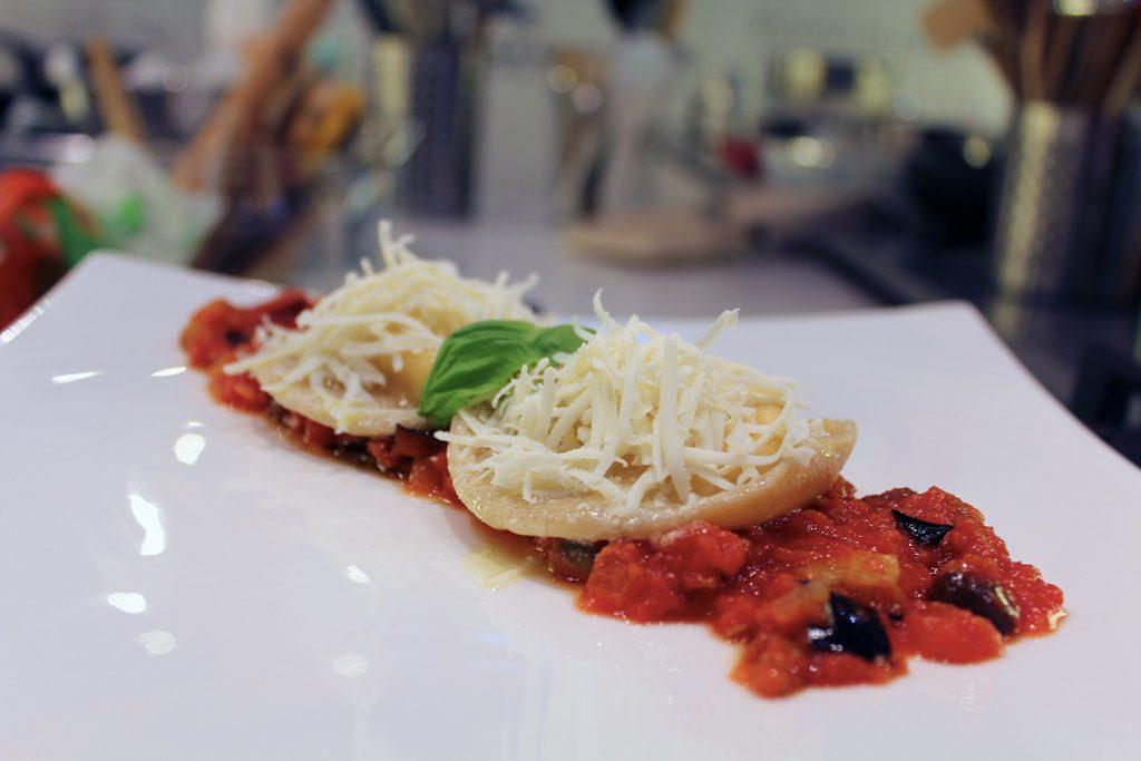 Ravioloni di burrata con salsa alle melanzane