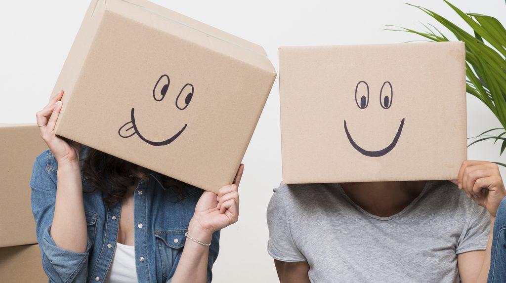 Coppia con scatoloni in testa