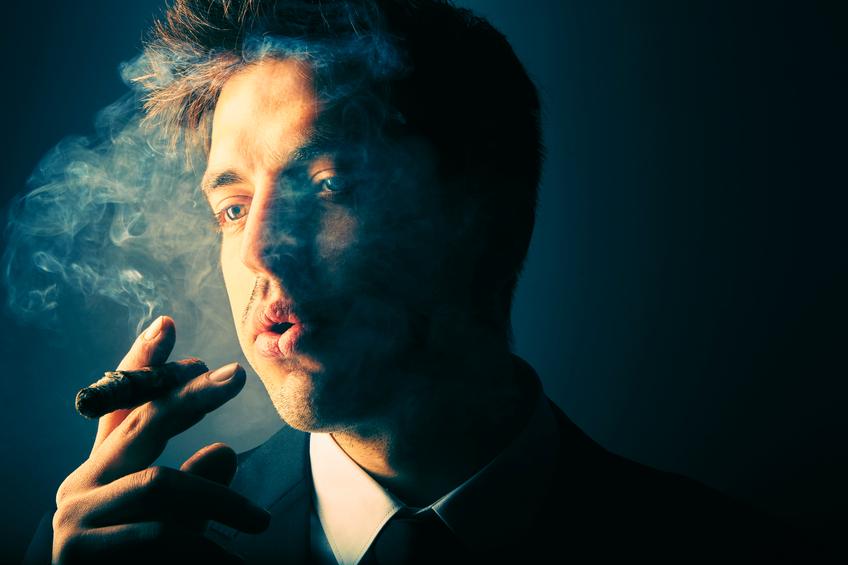 Ragazzo che fuma il sigaro