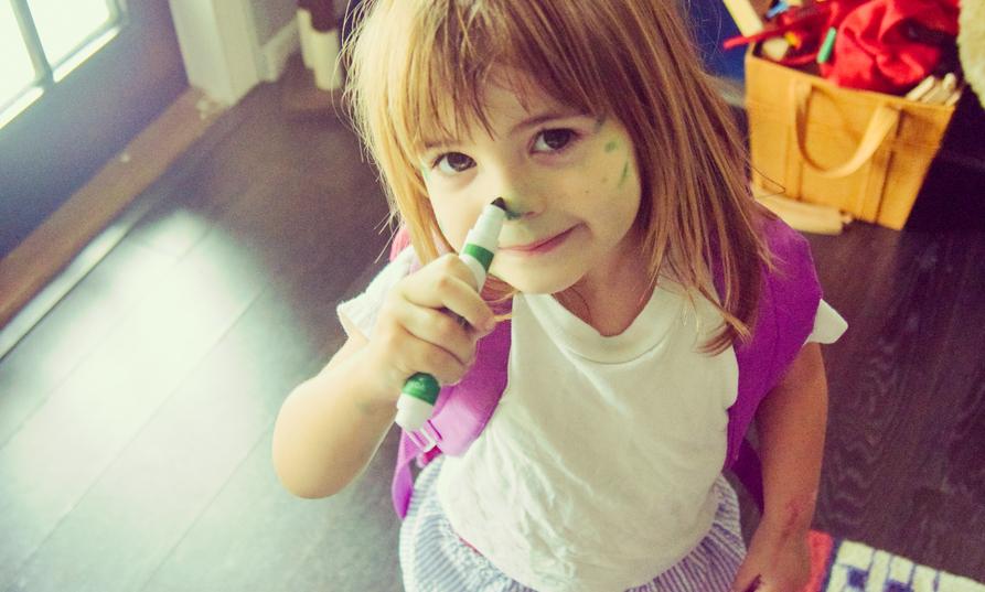 Bambina con pennarello