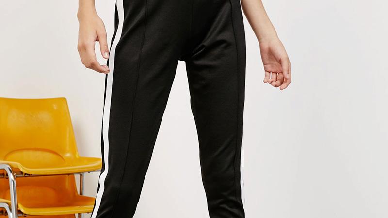 selezione migliore 51820 ba2cd Tornano i pantaloni con la riga laterale - www.stile.it