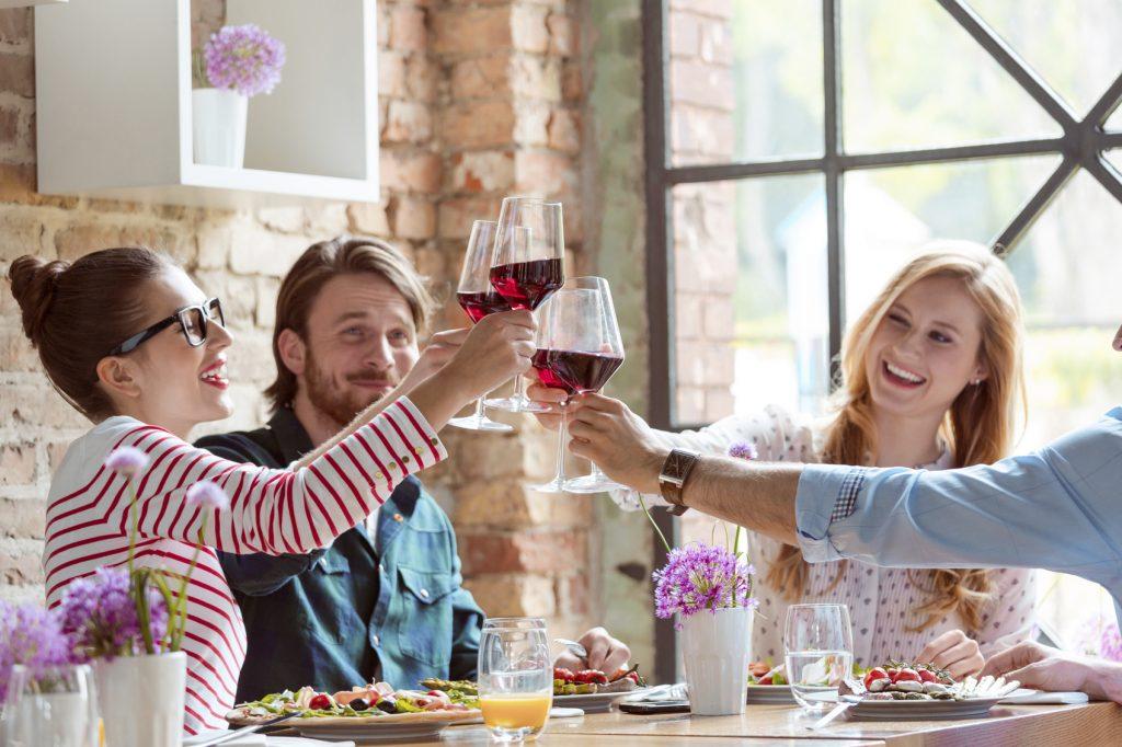 Amici brindano con vino rosso