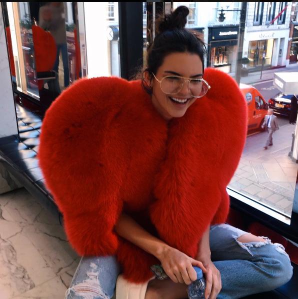 Kendall Jenner con la pelliccia a forma di cuore di Saint Laurent