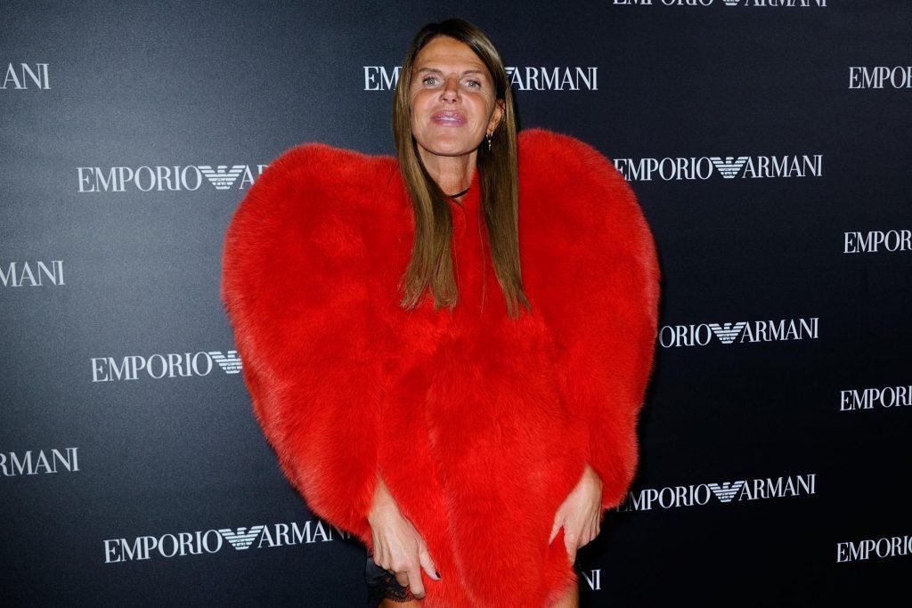 Anna Dello Russo alla sfilata Emporio Armani di Parigi con la pelliccia a forma di cuore