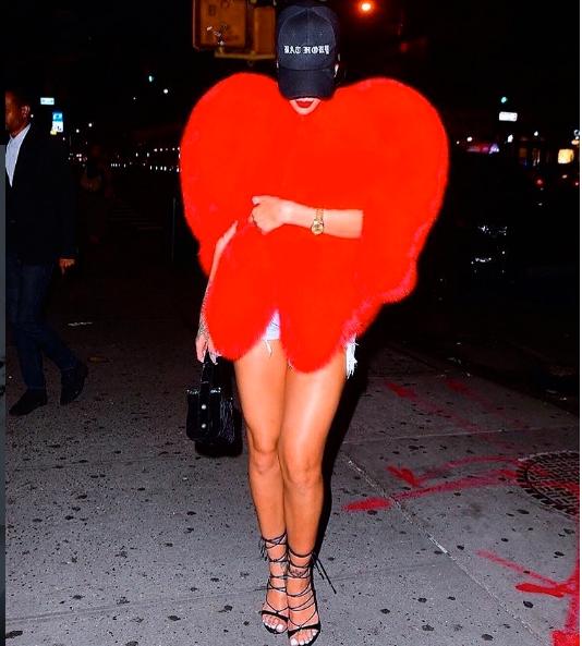 Rihanna con la pelliccia a cuore di Saint Laurent - Foto Instagram