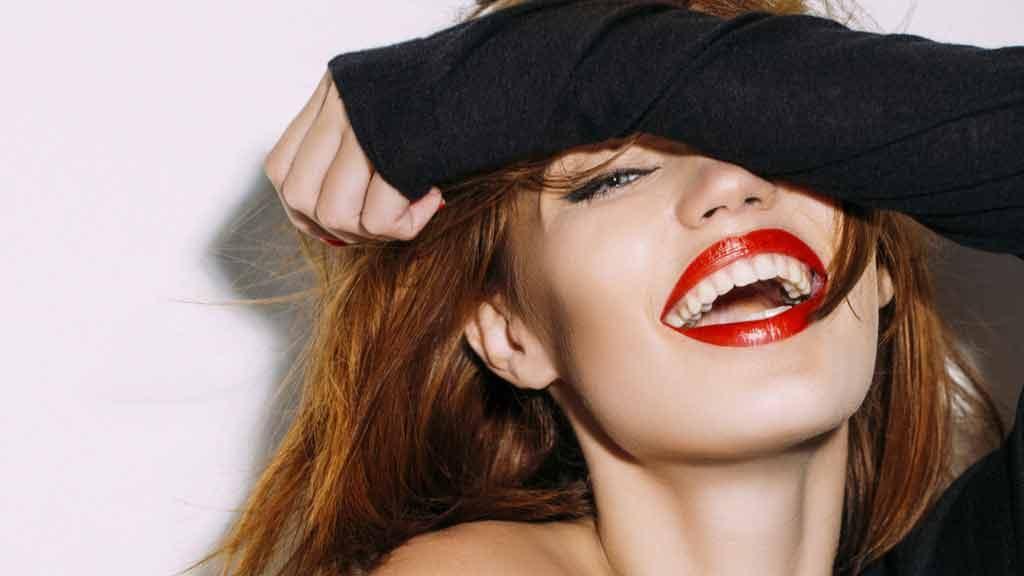 Donna che sorride ciclo mestruale