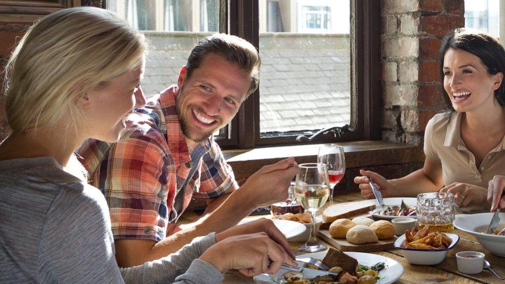 Pagare il conto al ristorante: consigli per evitare brutte figure