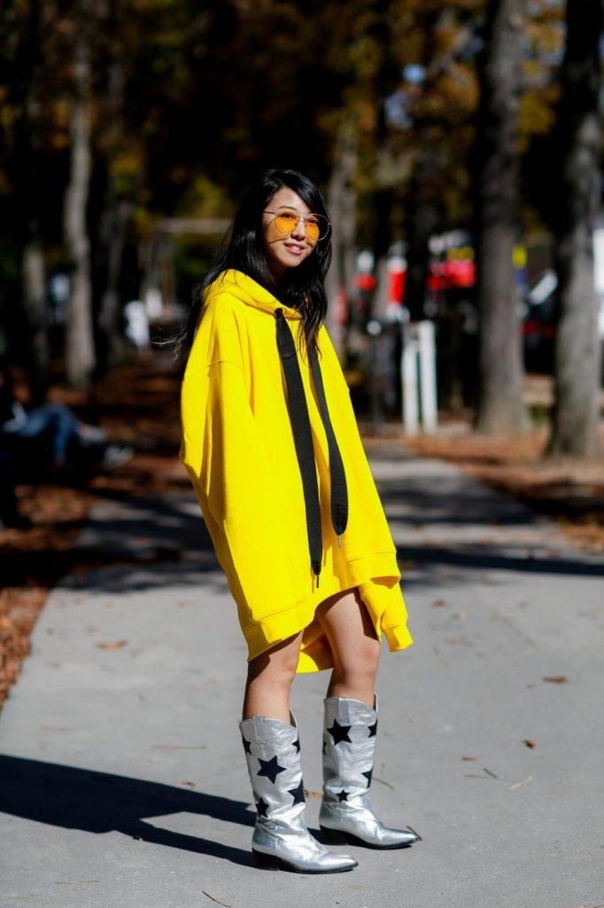 Street style, la blogger Yuwei Zhangzou a Parigi. Foto LaPresse