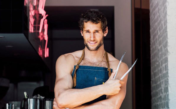 Franco Noriega: il sexy chef cucina in mutande!