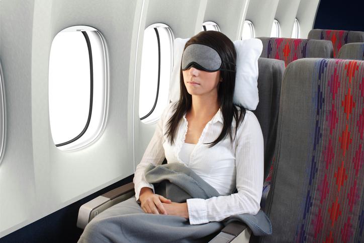 Consigli per viaggiare bene in aereo: cercare di dormire