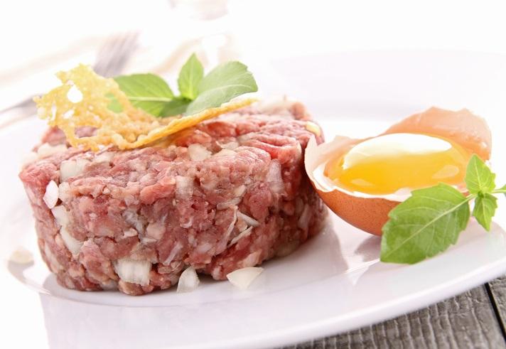 Ricetta: tartare di carne con uovo e crostini