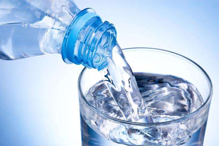 Versare un bicchiere di acqua