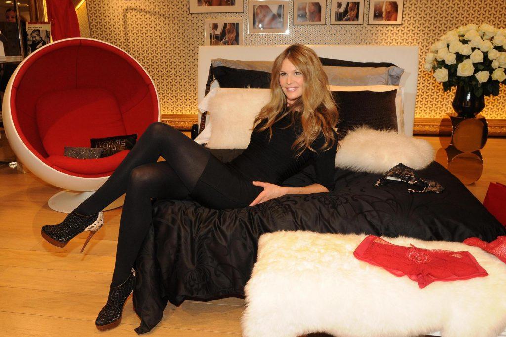 Elle MacPherson nella sua boutique parigina