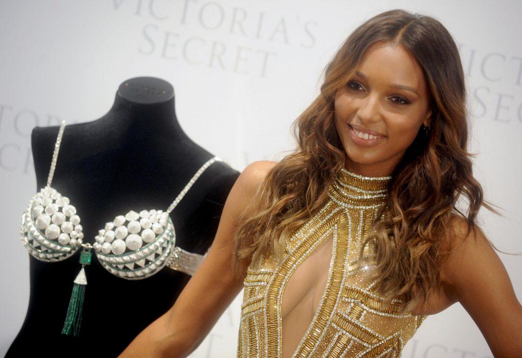 La modella Jasmine Tookes presenta un reggiseno da 3 milioni di dollari, il Bra Night Fantasy del marchio Victoria's Secret