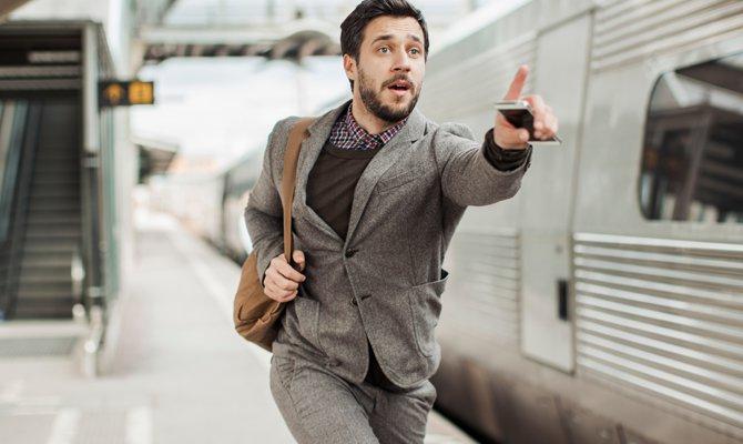 Uomo d'affari che perde il treno