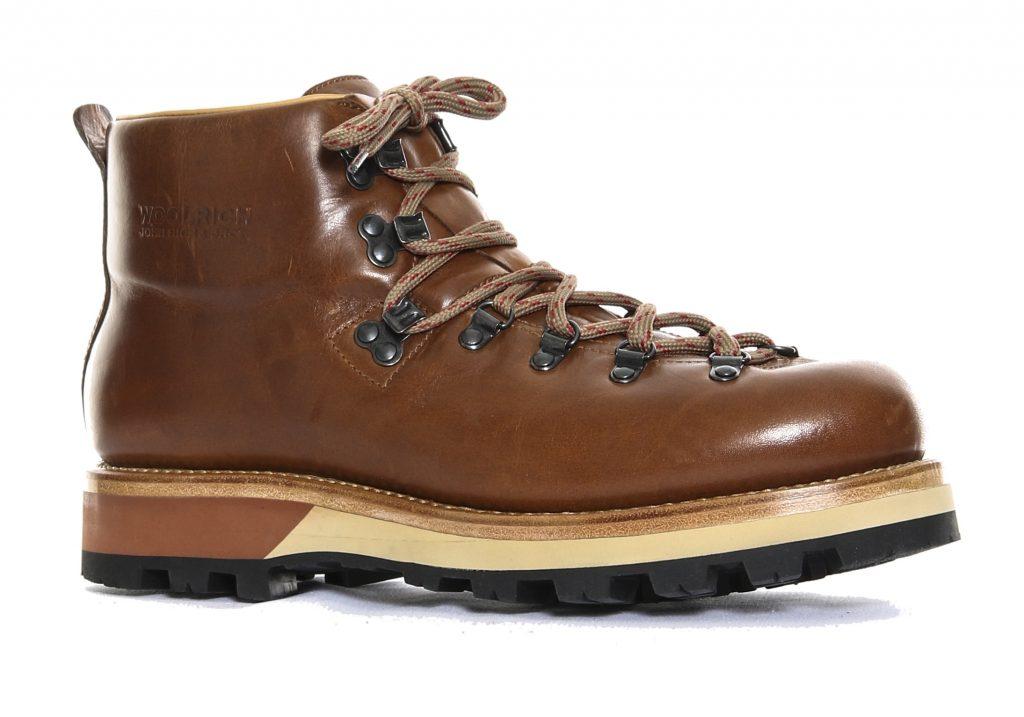 """Per la prima volta Woolrich si cimenta con le calzature: il Mountain Boot haha suola """"carrarmato"""" di Vibram"""