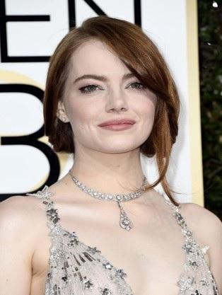 Emma Stone, dettaglio di gioielli e make-up