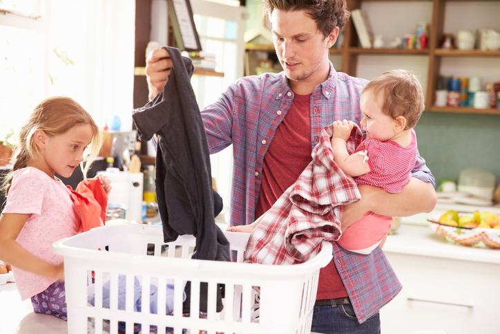 Papà millennials fa il bucato