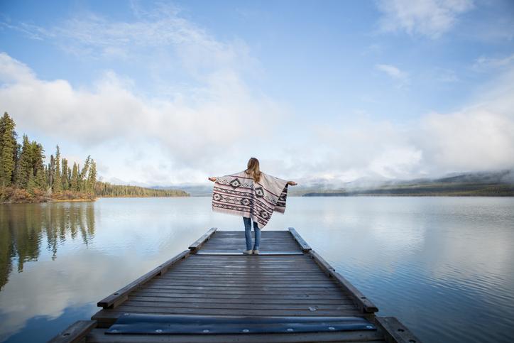 Viaggiare da soli. Donna su pontile