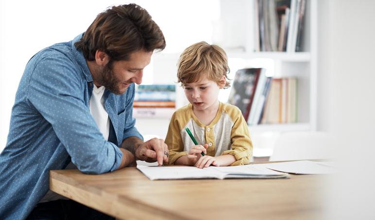 Papà e figlio fanno i compiti