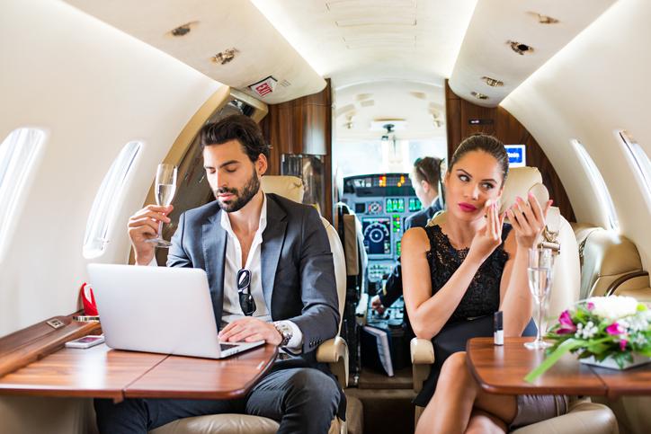 Celebrità durante un viaggio in aereo