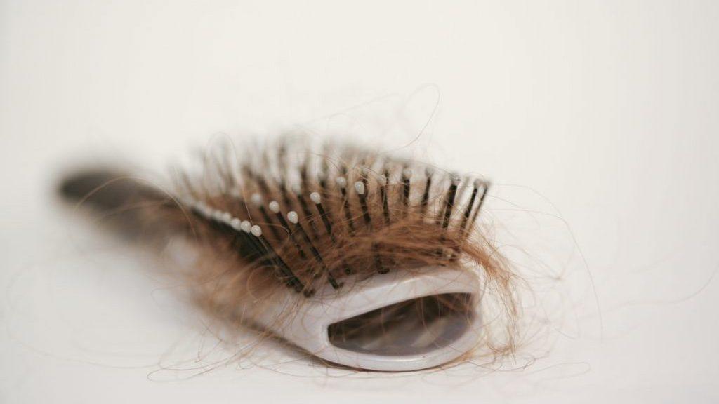 Spazzole per capelli: perché e come pulirle