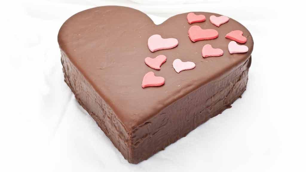 Torta di San Valentino con cuori e fragole