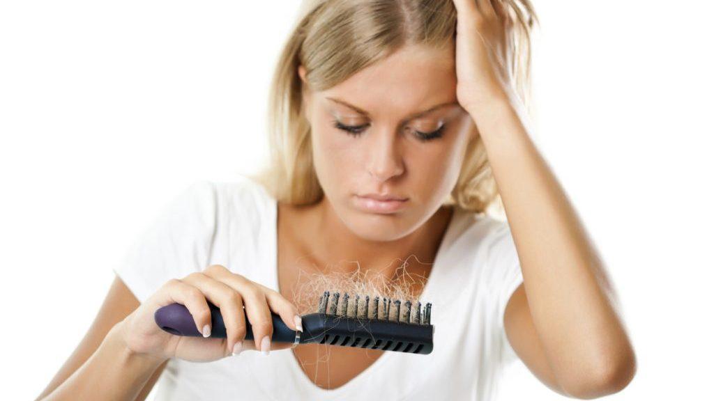 Perdita di capelli dopo il parto: come contrastarla