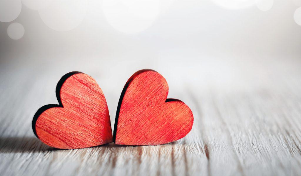 Simboli d'amore: il significato di cuori, rose, cioccolatini