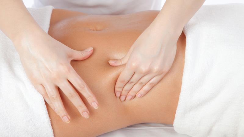 Massaggi al ventre fai da te: addio gonfiore!