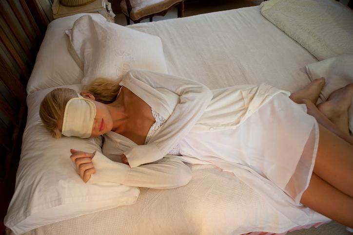 Il riposo notturno in viaggio: utile la mascherina per gli occhi