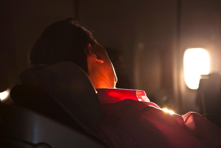 posizioni per dormire in aereo