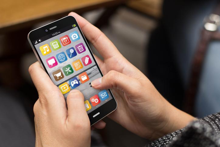 Ragazza che usa lo smartphone