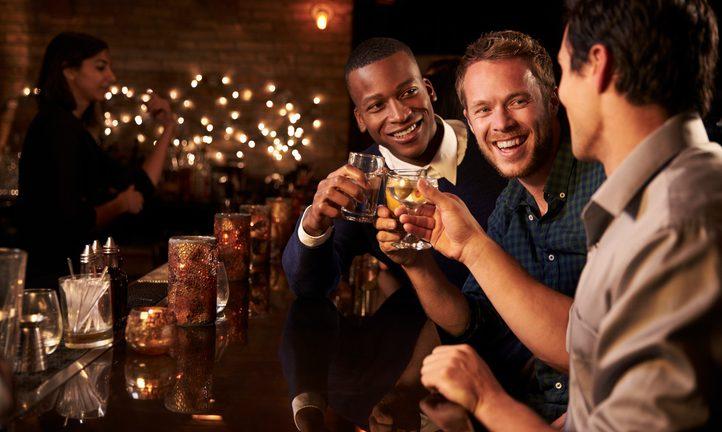 Bere per socializzare: lo fanno di più gli uomini
