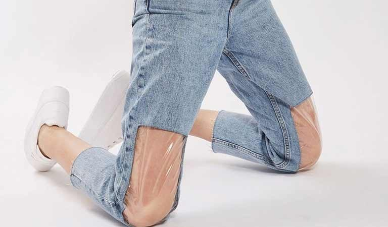 Clear Knee Mom Jeans by Top Shop: cropped jeans con pannelli il plastica sulle ginocchia