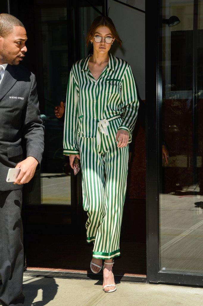 Gigi Hadid con pijama e scarpe Stuart Weitzman