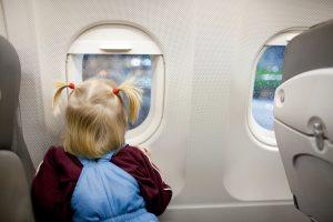 Bambina affacciata al finestrino
