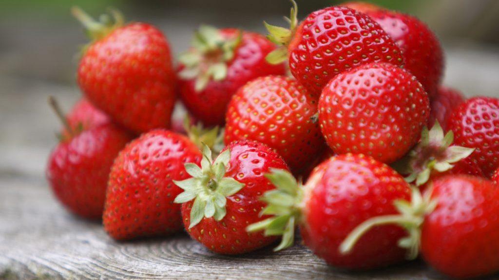 Benefici delle fragole: aiutano a combattere il cancro