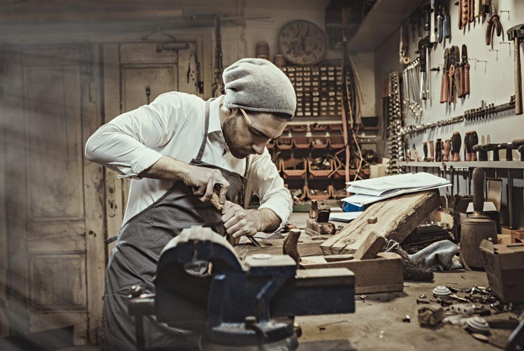 Un giovane falegname al lavoro