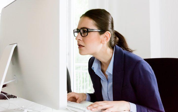 Donna in ufficio incredula