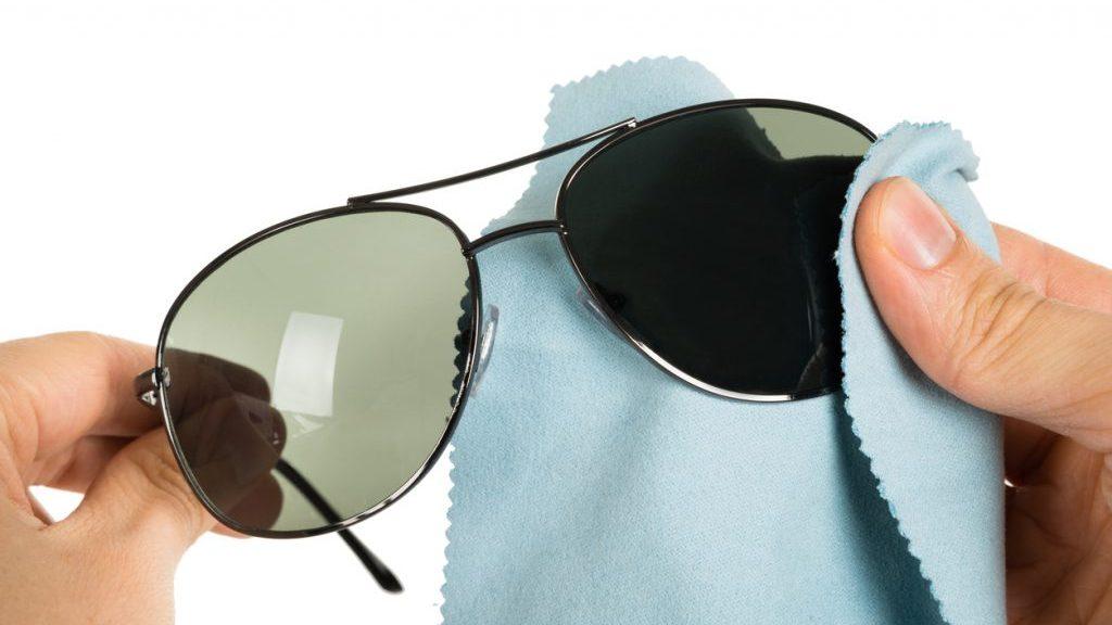 pulizia degli occhiali da sole
