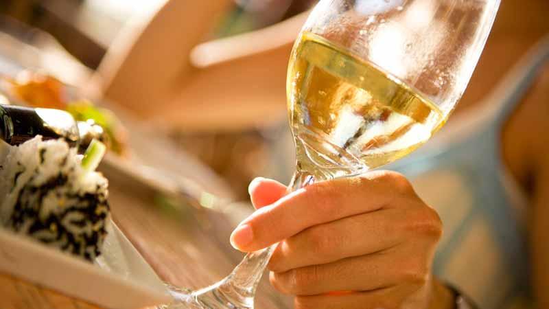 Vino bianco: mai ubriacare la pelle. I rischi