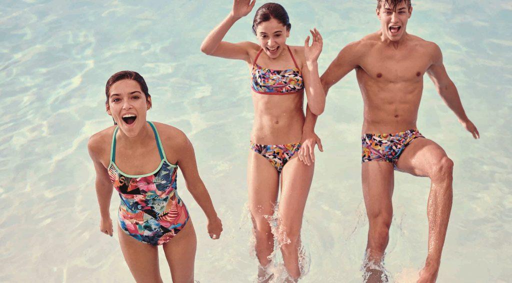 Costumi multicolor: il beachwear si tinge d'arcobaleno