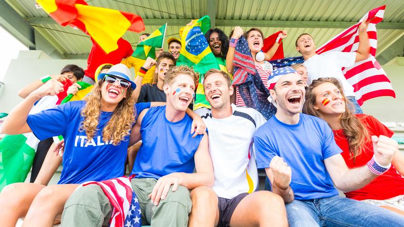 Tifosi di squadre diverse che partecipano ad eventi sportivi