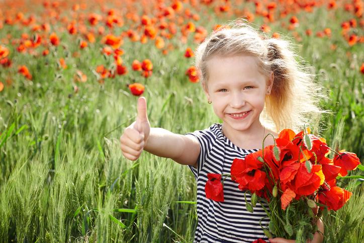 Una bambina e la sua capacita' di meravigliarsi in un campo fiorito