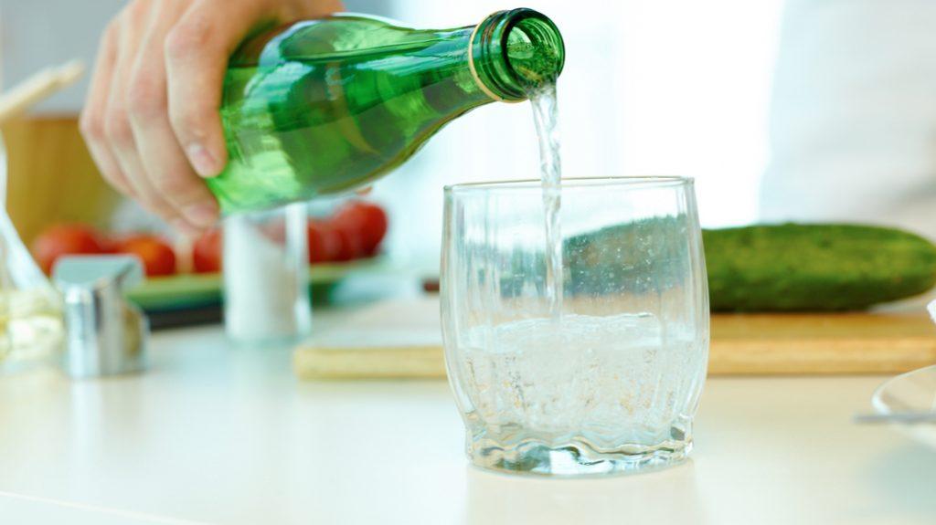 Tutta la verità sull'acqua gassata. Fa bene o male?