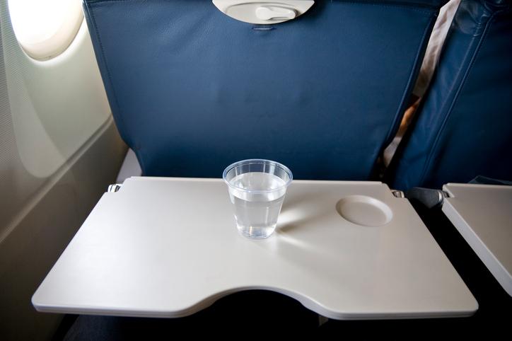 Sporcizia in aereo: sul tavolino