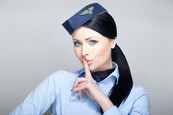 Hostess che consiglia come rendere i voli piu' piacevoli