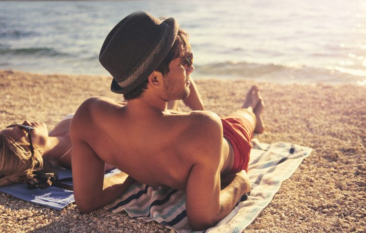 Beachwear per lui: costumi classici, ma fluo