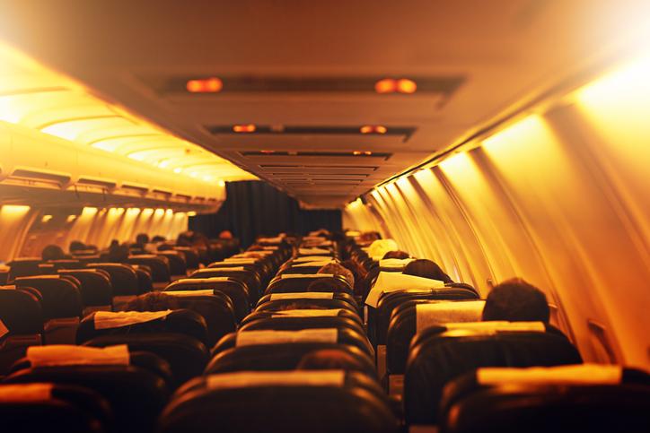 Interno di un aereo con un posto del vicino libero
